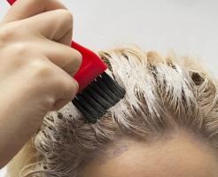 白髪を染める女性