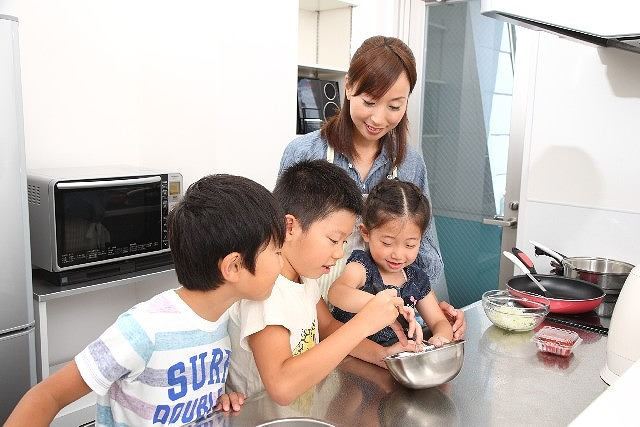 料理を一緒に作る親子