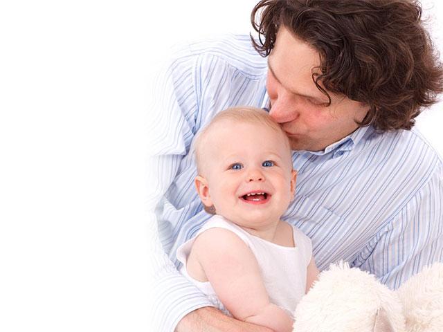 赤ちゃんを抱く、お父さん