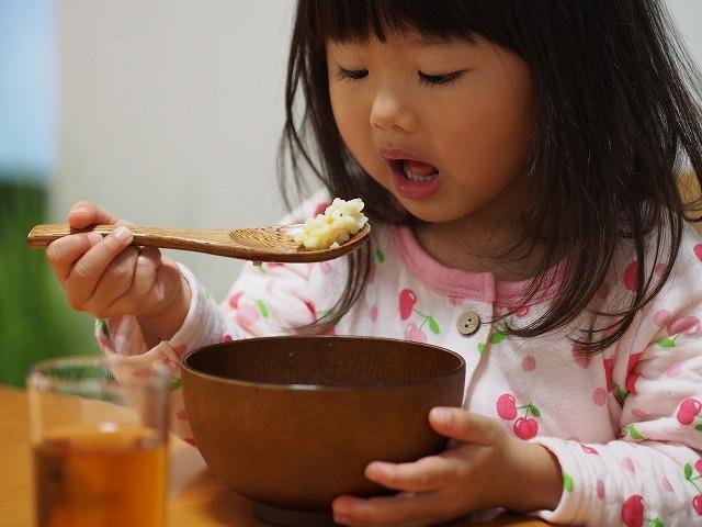 少しずつ食べる女の子