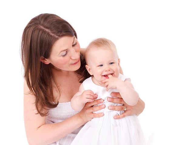 赤ちゃんをだっこする、お母さん