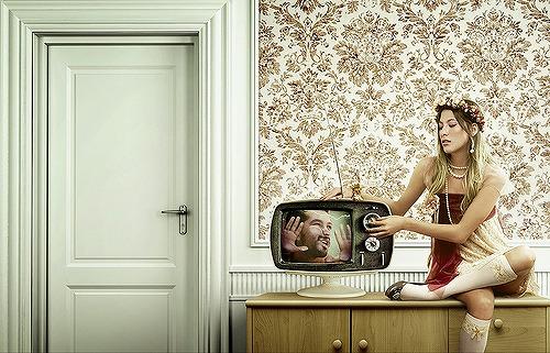 テレビを持つ女性